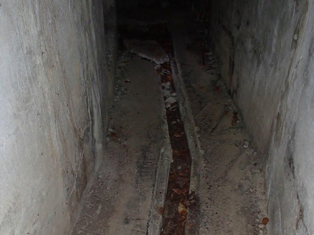 Caniveaux à l'intérieur du bunker SP3