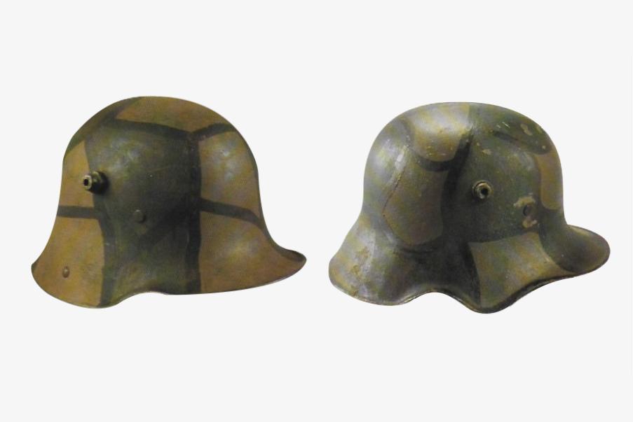 Les deux versions du Stahlhelm avec et sans échancrure