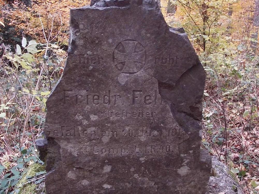 Une pierre tombale au cimetière du Holzwasen