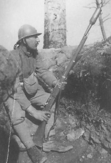 Photographie d'un soldat Français avec un fusil LEBEL.