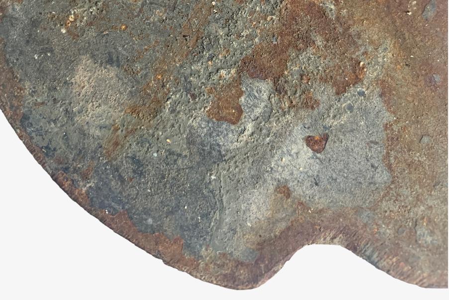 """Zoom sur les restes de peinture """"feldgrau"""" sur un volet de bouclier de tranchée allemand de 14-18."""