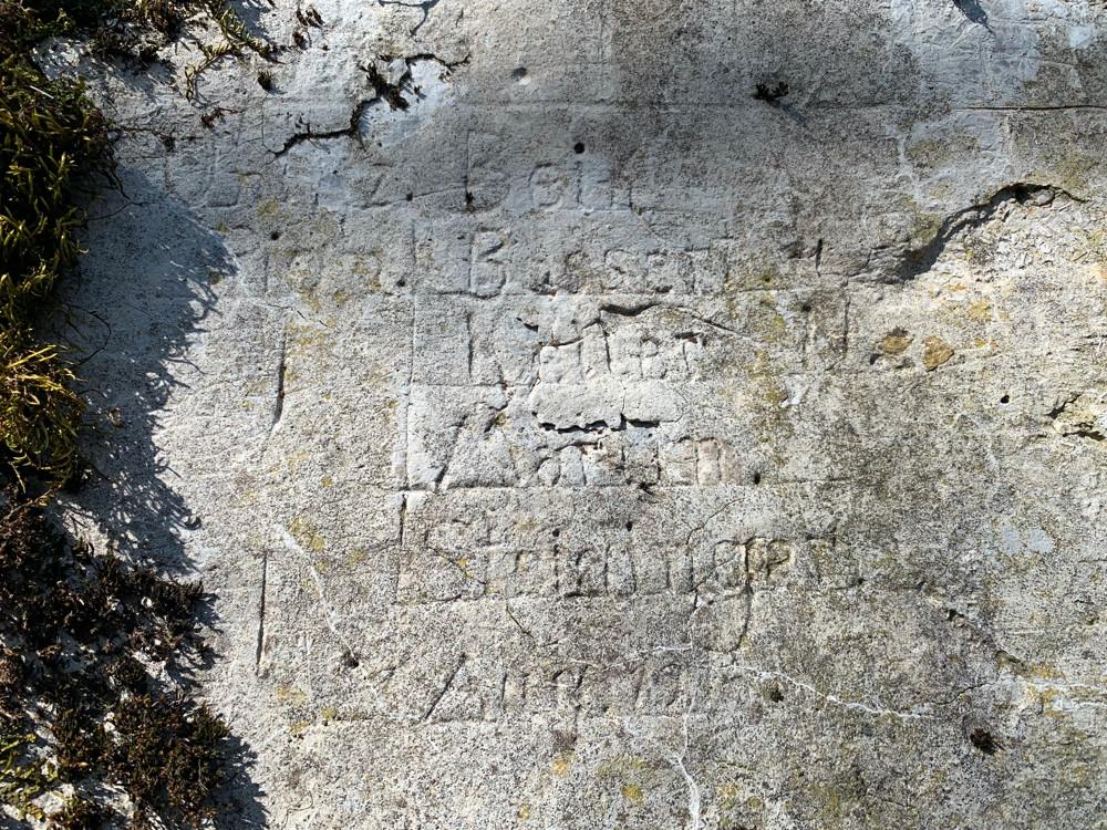 Inscriptions gravées dans le mur du Stützpunkt Rehkopf au Sudel.