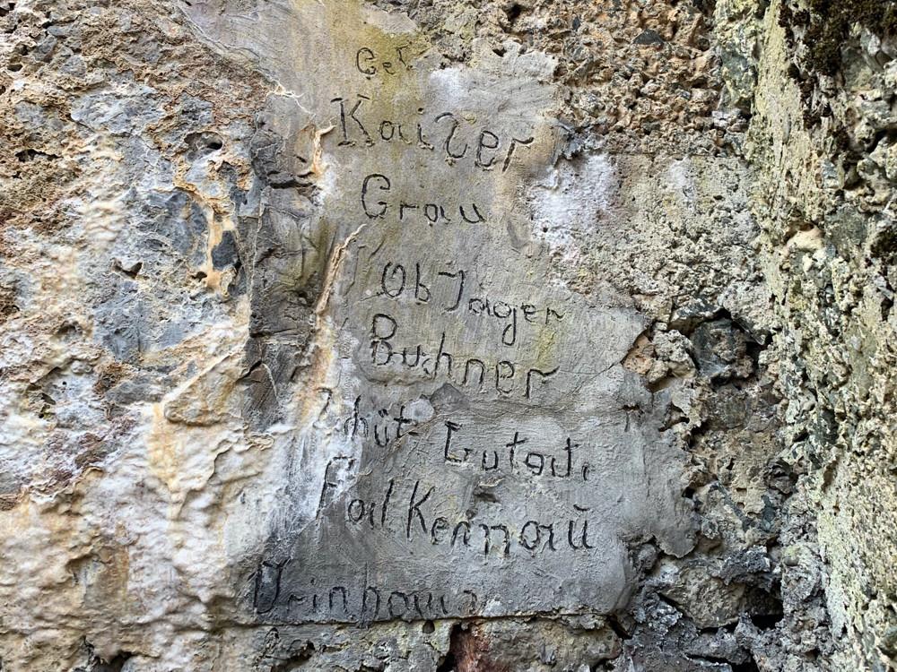 Les inscriptions au dessus de l'entrée du SP Rehkopf.