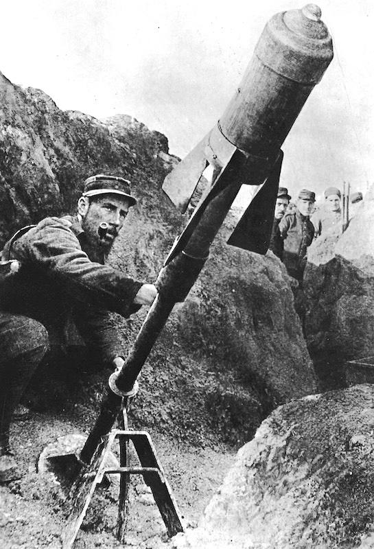 Photo d'un soldat Français qui utilise un mortier de tranchée T N°2.